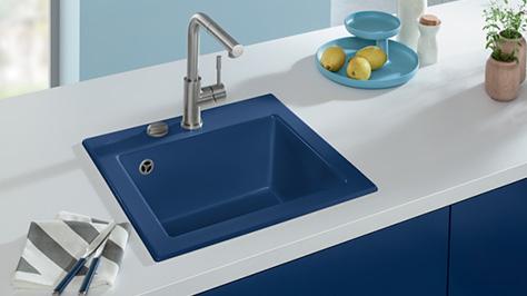 badgestaltung mit ruhigen klaren blaut nen. Black Bedroom Furniture Sets. Home Design Ideas